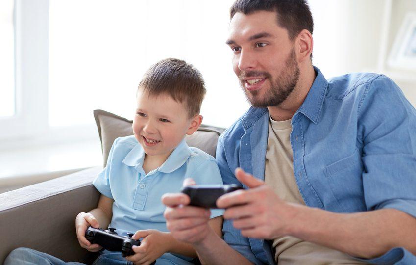 Vater und Sohn beim Spielen